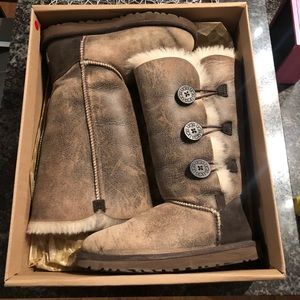 UGG Bomber Bailey Button Size 6